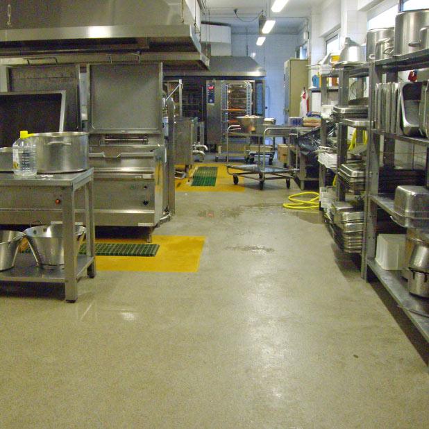 Cucina industriale con pavimento in resina antiscivolo